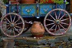 Alter authentischer antiker Dorf-Wagen mit bunter Dekoration Stockfotografie