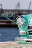 Alter Autoscheinwerfer nahe dem Meer stockfotos