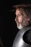 Alter bärtiger Mann mit Brustplatte und Sturzhelm Lizenzfreie Stockfotos