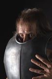 Alter bärtiger Mann mit Brustplatte und wütendem Blick Lizenzfreies Stockbild