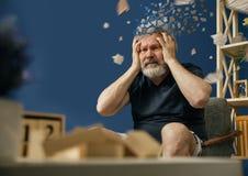 Alter b?rtiger Mann mit Alzheimer-desease lizenzfreie stockfotos