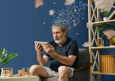 Alter b?rtiger Mann mit Alzheimer-desease stockfotos