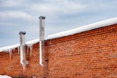 Alter Backsteinbau mit Rohren Stockbilder