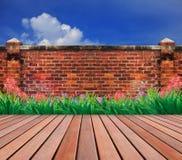 Alter Backsteinmauer- und Holzterrassegarten Stockbilder