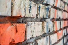 Alter Backsteinmauerabschluß oben stockfotos