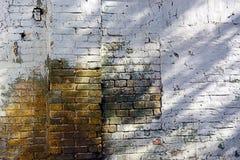 Alter Backsteinmauerbeschaffenheitshintergrund mit getragen weg von der Farbe Lizenzfreies Stockbild