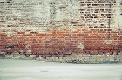 Alter Backsteinmauerroter backstein und weißer Gips bedeckt durch Tünche Lizenzfreies Stockbild