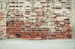 Alter Backsteinmauerroter backstein und weißer Gips bedeckt durch Tünche Lizenzfreie Stockfotografie