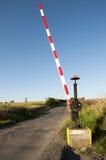 Alter Bahnübergang mitten in Feldern Stockfotografie