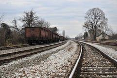 Alter Bahnhof mit rostigen Lastwagen Lizenzfreies Stockfoto