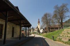 Alter Bahnhof und die Kirche von Tarvisio Lizenzfreie Stockfotografie