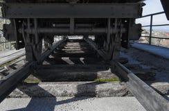 Alter Bahnwagen und alte Eisenbahnschwelle Stockbild