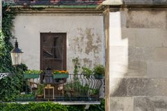 Alter Balkon mitten in Stadt Stockbilder