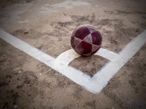 Alter Ball auf konkretem Boden Stockfoto