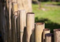 Alter Bambuszaun in einem tropischen Land Alte Backsteinmauer Lizenzfreies Stockfoto