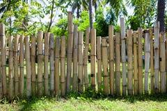 Alter Bambuszaun in einem tropischen Land Alte Backsteinmauer Stockfotografie