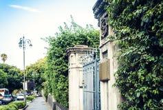 Alter barocker Zaun mit Hecke in Catania, Sizilien, Italien lizenzfreies stockbild