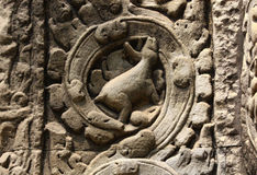 Alter Bas Relief mit Rebmuster und mysteriösen Symbolen Stockfotos