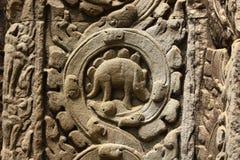 Alter Bas Relief mit Rebmuster und mysteriösen Symbolen Stockfoto