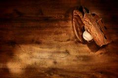 Alter Baseballhandschuh und Kugel auf hölzernem Hintergrund Stockfotografie