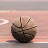 Alter Basketball auf Basketballyard/Gericht Abbildung der roten Lilie Stockbilder
