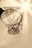 Alter Basketball unter der Sonne Stockbild