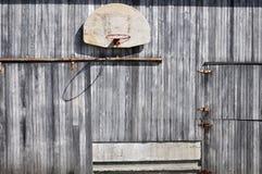 Alter Basketballkorb auf Scheune Stockfotografie