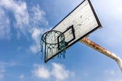 Alter Basketballkorb unter einem blauen Himmel Stockfoto