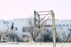Alter Basketballring auf dem Sportplatz stockfotos