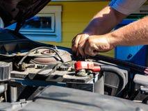 Alter Batterieautoanschluß im Maschinenraum Lizenzfreies Stockfoto