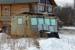 Alter Bauanhänger nahe bei dem Haus stockfotografie