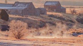 Alter Bauernhof nahe bei einem dämpfenden Nebenfluss lizenzfreies stockbild