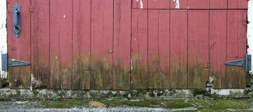 Alter Bauernhof-Stall-hölzernes Tür-Panorama panoramisch, Fahne Stockfoto