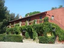 Alter Bauernhof umgeben von den Anlagen nahe der Abtei von Fossanova im Lazio in Italien Stockfotografie