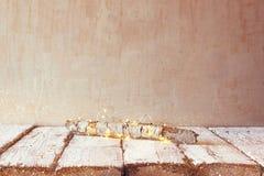 Alter Baumklotz mit feenhaften Weihnachtslichtern auf Holztisch Selektiver Fokus Produktanzeige Stockfoto