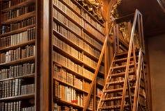 Alter Bücherschrank mit den Leder-gehenden Bucheinbändn in der Bibliothek von Wien Stockbilder