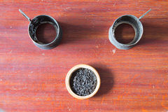 Alter Becherhalter und Tee des Metall zwei in der hölzernen Schüssel Alter hölzerner Vorsprung Stockbild