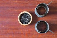 Alter Becherhalter und Tee des Metall zwei in der hölzernen Schüssel Alter hölzerner Vorsprung Lizenzfreie Stockfotos