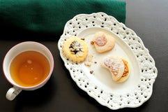 Alter Behälter mit Gebäck für Tee und eine Tasse Tee, Draufsicht Stockbild