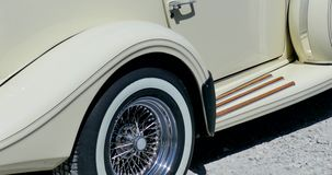 Alter beige Cabriolet nahe dem Meer stock video