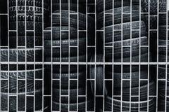 Alter benutzter Reifen, der im Käfig hält Stockfotos