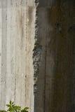 Alter Beton mit Abziehbild Stockfotos