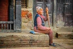 Alter Bettler mit einem Spazierstock Stockfotografie