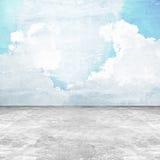 Alter beunruhigter konkreter Raum mit Himmelbild auf der Wand Stockbild
