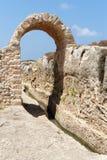 Alter Bewässerungsabzugsgraben und -bogen im archäologischen Park in Israel Stockbild