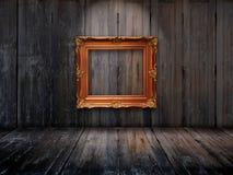 Alter Bilderrahmen auf hölzerner Wand stockbild