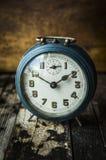 Alter blauer Retro- Wecker Stockfotografie