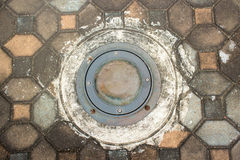Alter Boden vertiefte helle Lampe mit Steinblockboden Stockbilder