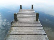 Alter Bootssteg unter bewölktem Himmel Lizenzfreie Stockfotografie