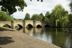 Alter Brücken- und Weidenbaum bei Bakewell, Höchstbezirk Lizenzfreies Stockbild